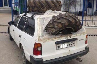 Приморцев рассмешило, как автомобилист перевозил колёса грузовика в легковушке
