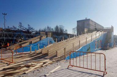 Опасная горка в ледовом городке в Приморье отправила в больницу 15 человек