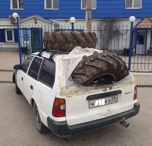 Авто, колеса грузовика в легковушке