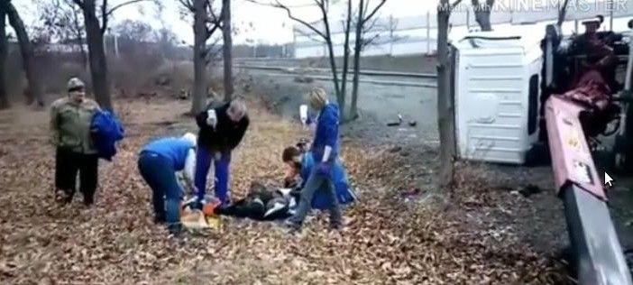 Эвакуатор обрушился на водителя во Владивостоке