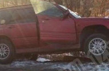 В Приморье пожилому человеку стало плохо за рулём: машина врезалась в дерево