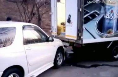 Неуправляемый «кофейный» грузовик протаранил легковушку во Владивостоке