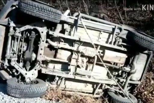 Во Владивостоке автомобиль, чуть не врезавшись в мусоровоз, перевернулся
