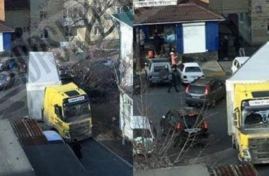 Во Владивостоке большегруз попал «в плен» на запаркованной дороге