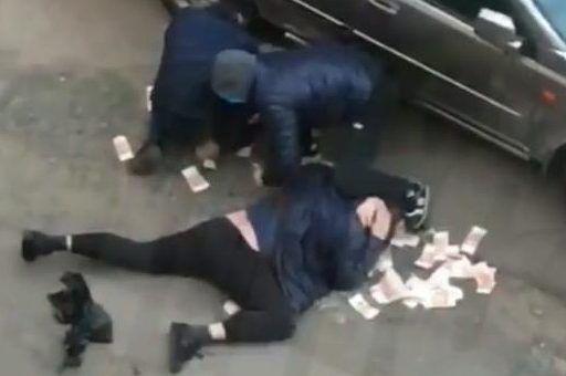 Во Владивостоке грабители напали на мужчину с мешком денег