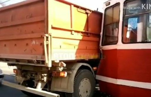 Трамвай протаранил самосвал во Владивостоке