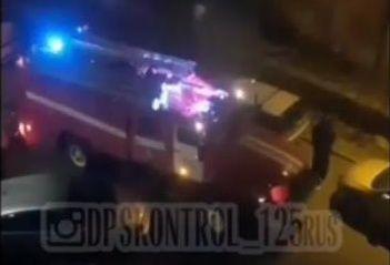 Во Владивостоке пожарный автомобиль чуть не застрял в припаркованных авто