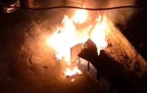 Во Владивостоке огонь с загоревшейся мусорки уничтожил автомобиль