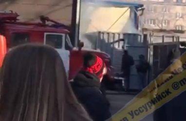 В Приморье из-за пожара эвакуировали торговый центр