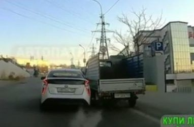 Во Владивостоке опасные «игры» на дороге чуть не привели к ДТП