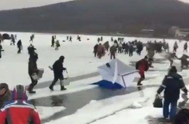 Во Владивостоке десятки любителей зимней рыбалки чуть не ушли под воду