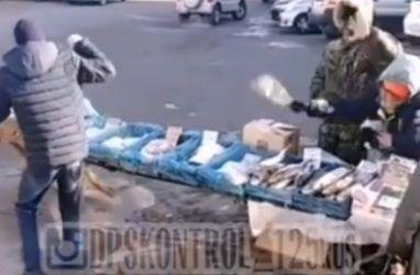 Во Владивостоке продавец пульнула рыбой в мужчину, который хотел её обмануть