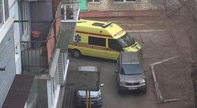 В Приморье машина скорой помощи не смогла подъехать к подъезду из-за припаркованного авто