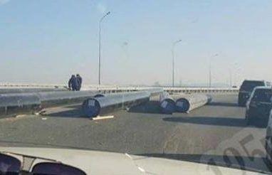 «Пункт назначения»: во Владивостоке с прицепа на полном ходу «вылетели» трубы