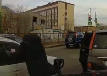 Во Владивостоке разъярённый мужчина напал на автомобиль обидчика