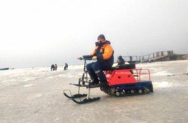 Приморские спасатели опробовали новые мотобуксировщики в ходе рейда по льду Амурского залива