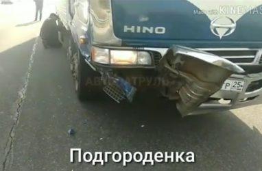 Легковушка «влетела» в большегруз в Приморье