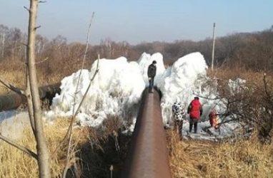 Приморцев удивили наросты льда на огромной трубе