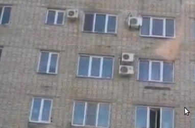 В Приморье мужчина выпал из окна жилого дома