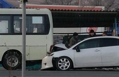 Легковушка протаранила автобус в Приморье