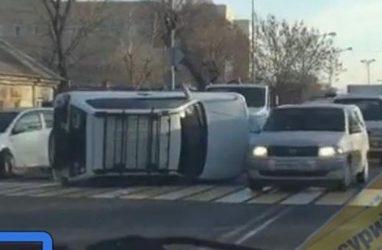 В Приморье автомобиль перевернулся на перекрёстке