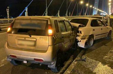 На Золотом мосту машина такси протаранила легковушку