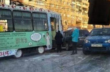 Трамвай протаранил авто во Владивостоке
