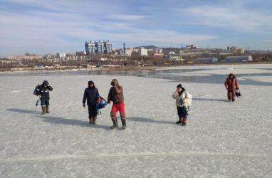 Во Владивостоке с оторвавшейся льдины сняли пятерых рыбаков