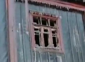 Печальное видео: во Владивостоке у семьи полностью сгорела квартира в бараке