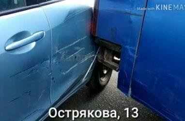 Автомобилистка попала в ДТП с автобусом во Владивостоке