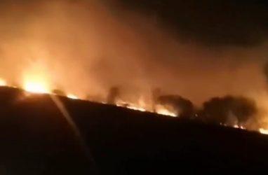 В приморском посёлке Раздольное серьёзный пожар — очевидцы