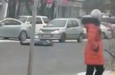 В Приморье неадекватная женщина легла под проезжавшие авто