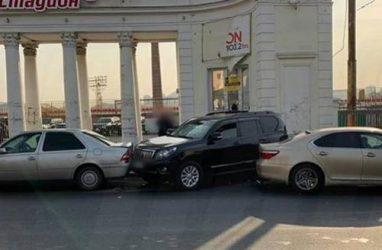 Неуправляемый «Лексус» разбил несколько машин во Владивостоке