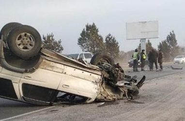 Жуткое ДТП в Приморье: одна машина перевернулась, другая — врезалась в столб
