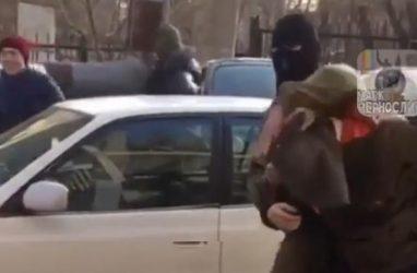 В Приморье мужчину похитили бойцы в масках. Оказалось, что это розыгрыш
