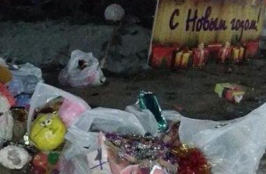 В приморском городе вандалы распотрошили пакеты с ёлочными игрушками