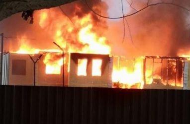 В пригороде Владивостока загорелся строящийся коттеджный посёлок