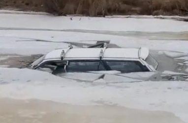 В Приморье автомобиль полностью провалился под лёд