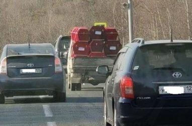 Полный грузовик гробов на трассе возмутил женщину в Приморье