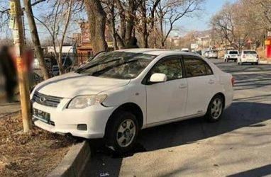 Во Владивостоке мужчине стало плохо за рулём: он врезался в столб