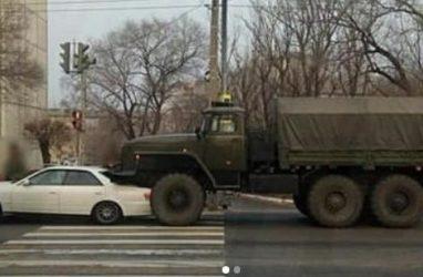 Огромный армейский грузовик «прижал» легковушку в Приморье