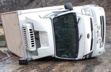 Во Владивостоке грузовик-рефрижератор перевернулся на обледенелой дороге
