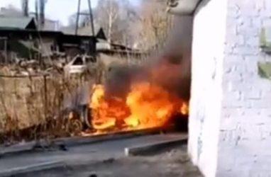 Машина с четырьмя людьми в салоне перелетела крышу магазина в Приморье и сгорела дотла