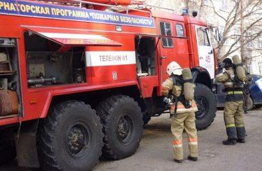 Во Владивостоке очевидцы оттащили машину, чтобы проехал пожарный автомобиль