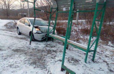 В Приморье автомобиль сшиб женщину с ребёнком и врезался в автобусную остановку