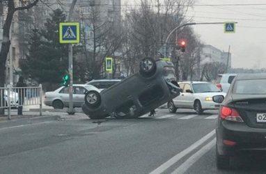 В Приморье машина перевернулась на крышу прямо на «зебре»