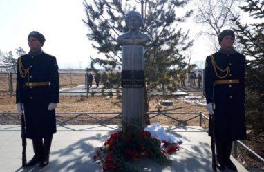 Бюст погибшему в Сирии лётчику Роману Филиппову открыли на территории авиаполка в Приморье