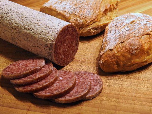 Колбаса, хлеб, сервелат
