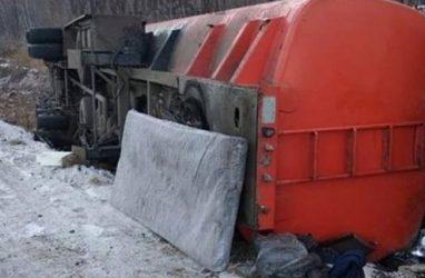 Бензовоз перевернулся в Приморье