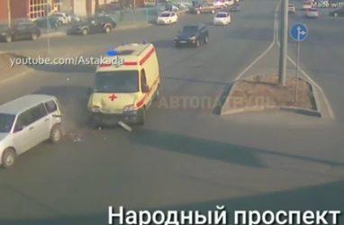 «Скорая», спешащая на вызов, протаранила машину во Владивостоке